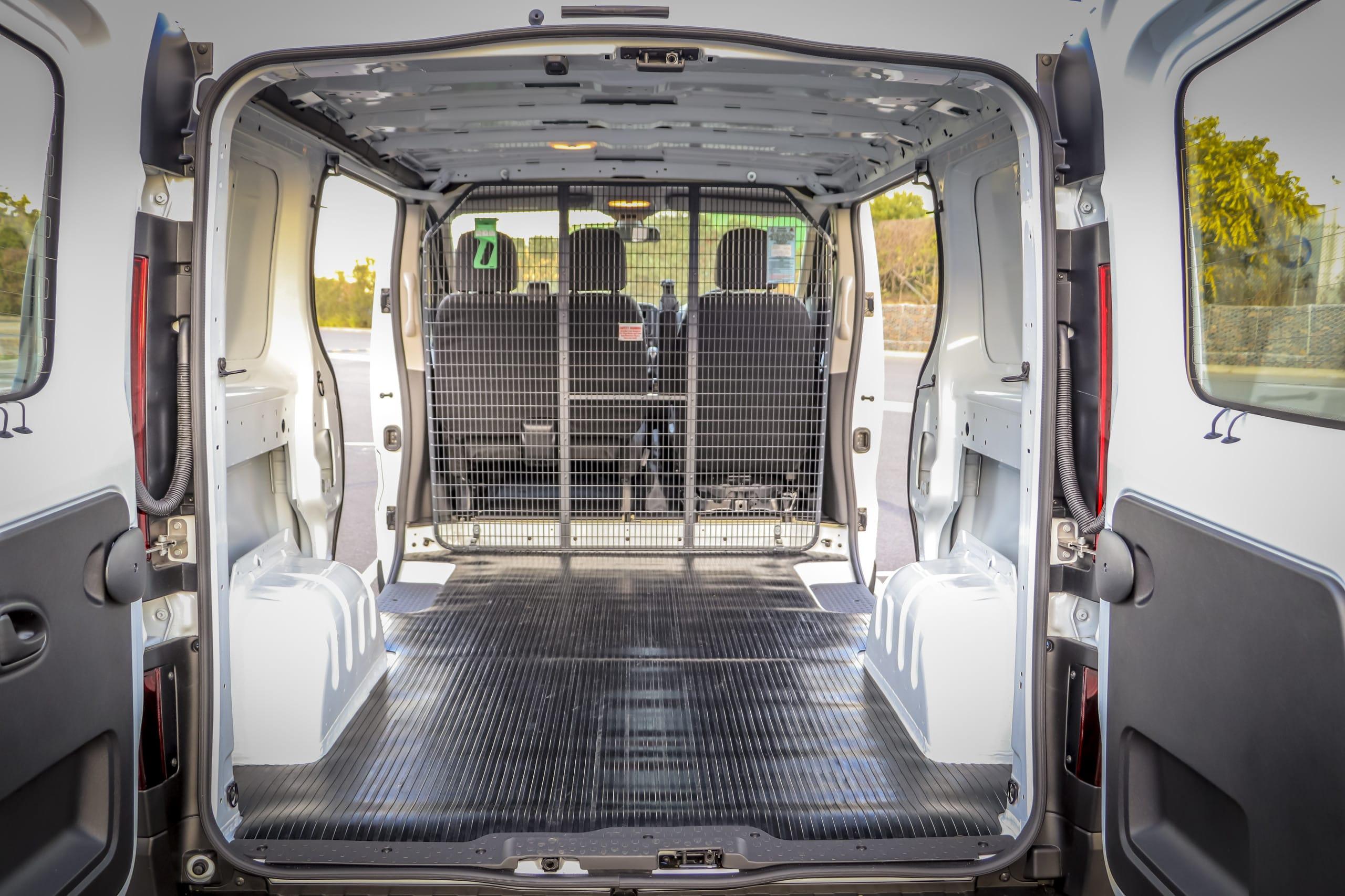 2020 Peugeot Expert and 2020 Mitsubishi Express Van comparison (car review)